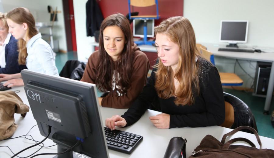 Schülerinnen beim Economics Unterricht am Gymnasium Hochrad
