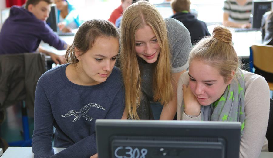 Schülerinnen beim Informatikunterricht am Gymnasium Hochrad