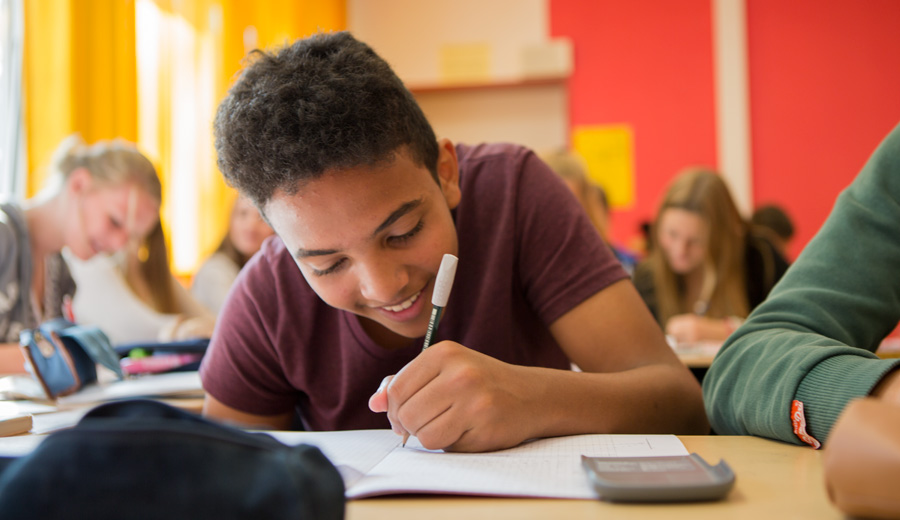 Schüler im Unterricht im Gymnasium Hochrad