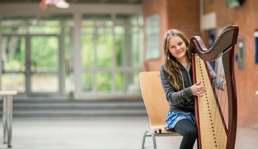 Schülerin des Gymnasium Hochrad an der Harfe