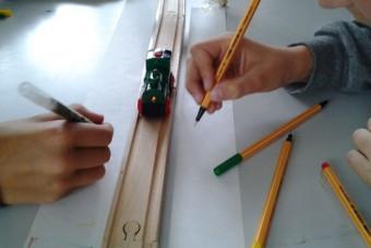 Untersuchung der Bewegung einer Spielzeugeisenbahn in einer 7. Klasse