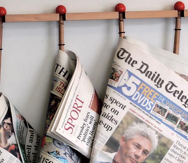 Zeitungen hängen an der Wand