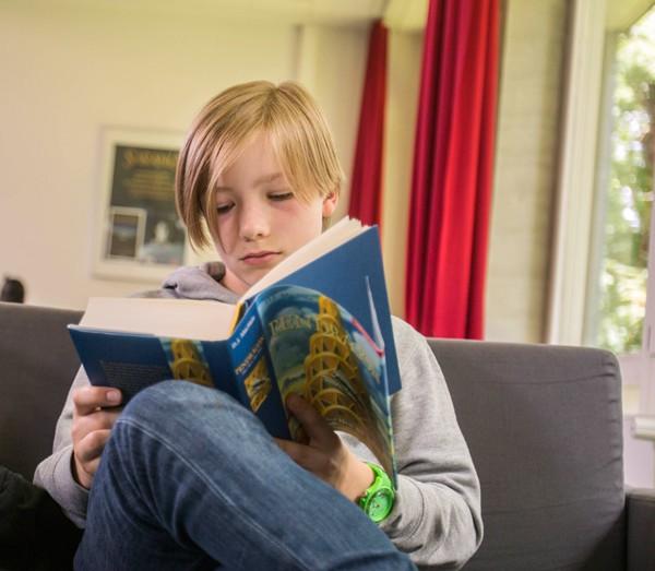 Schüler beim lesen in der Schulbibliothek des Gymnasium Hochrad